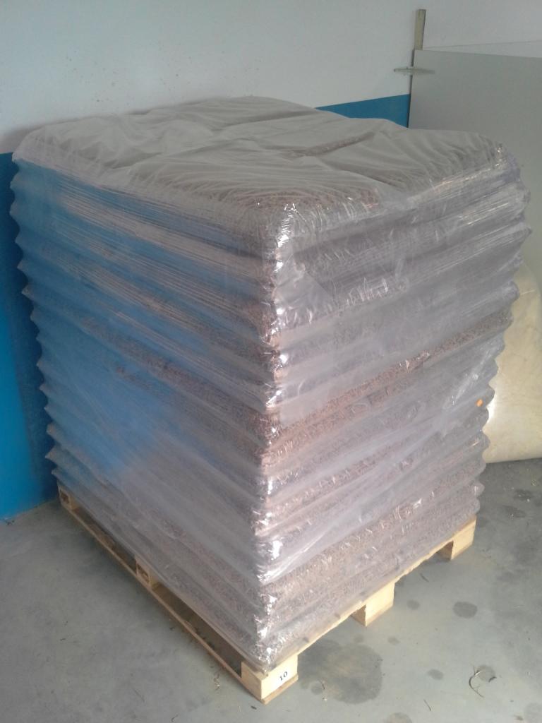 Peleti so pakirani v 15 kg PVC prozorne vrečke.Vrečke so zložene na lesene palete dimenzije 100 x 120 cm Zlaganje vrečk:  35 vrečk – 525 kg 50 vrečk – 750 kg 70 vrečk – 1050 kg